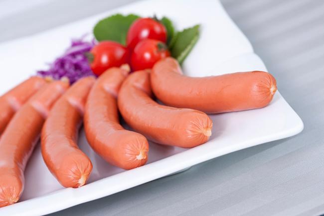 Trong xúc xích sống có chứa một số vi khuẩn gây hại