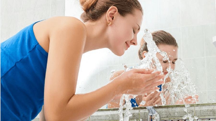 Sau sinh có nên dùng sữa rửa mặt? Mẹ nên dùng loại nào? 1