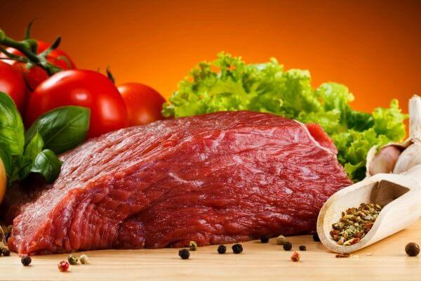 Sau sinh ăn thịt bò được không ?