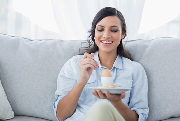 Sau sinh có ăn được trứng vịt không ?