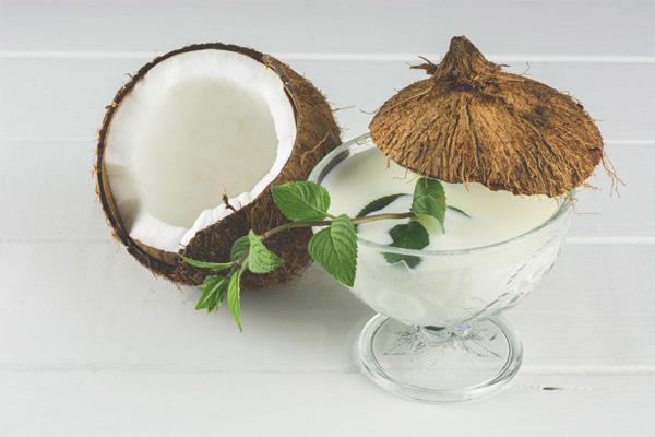 Sau sinh có được uống nước dừa không? Các mẹ nên uống nước dừa với liều lượng vừa phải