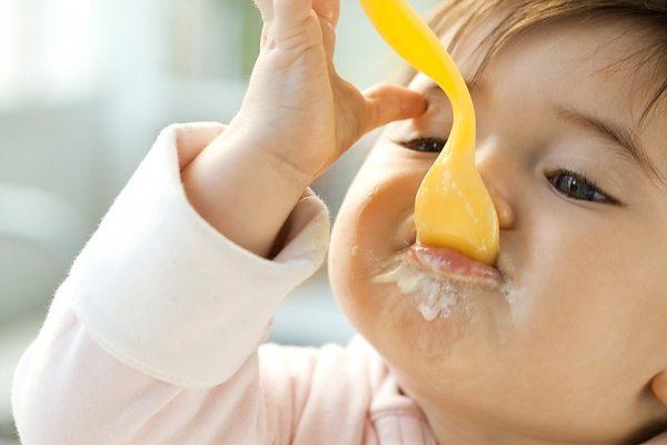 Hướng dẫn cho trẻ sơ sinh ăn váng sữa đúng cách