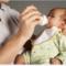 Trẻ sơ sinh mấy tiếng cho ăn 1 lần? Công thức tính lượng sữa chuẩn nhất