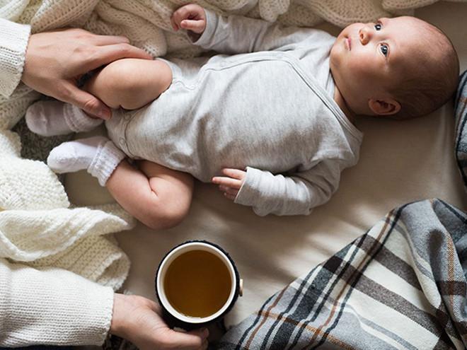 Uống cafe khi mang thai không làm ảnh hưởng đến màu da của bé
