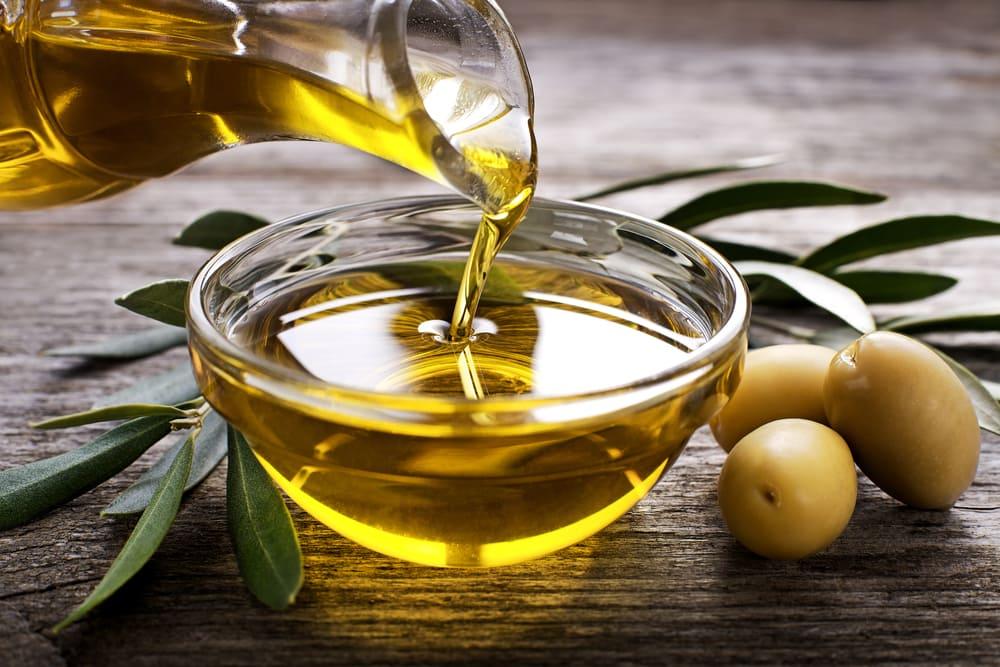 Dầu oliu chứa lượng lớn các axit béo, vitamin E, K và khoáng chất giúp dưỡng da rất tốt